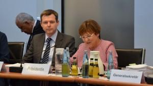 BMZ-Staatssekretär Thomas Silberhorn und die Präsidentin der KultusministerkonferenzBrunhild Kurth