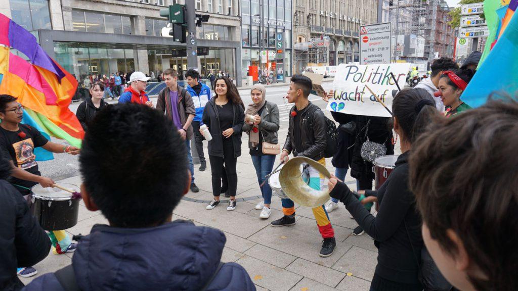 """Die Schüler haben in der Schule mit der Gruppe Plakate und Schilder für den Streik geschrieben. Auf dem Beispiel im Bild sieht man den Text """"Politiker wacht auf!"""""""